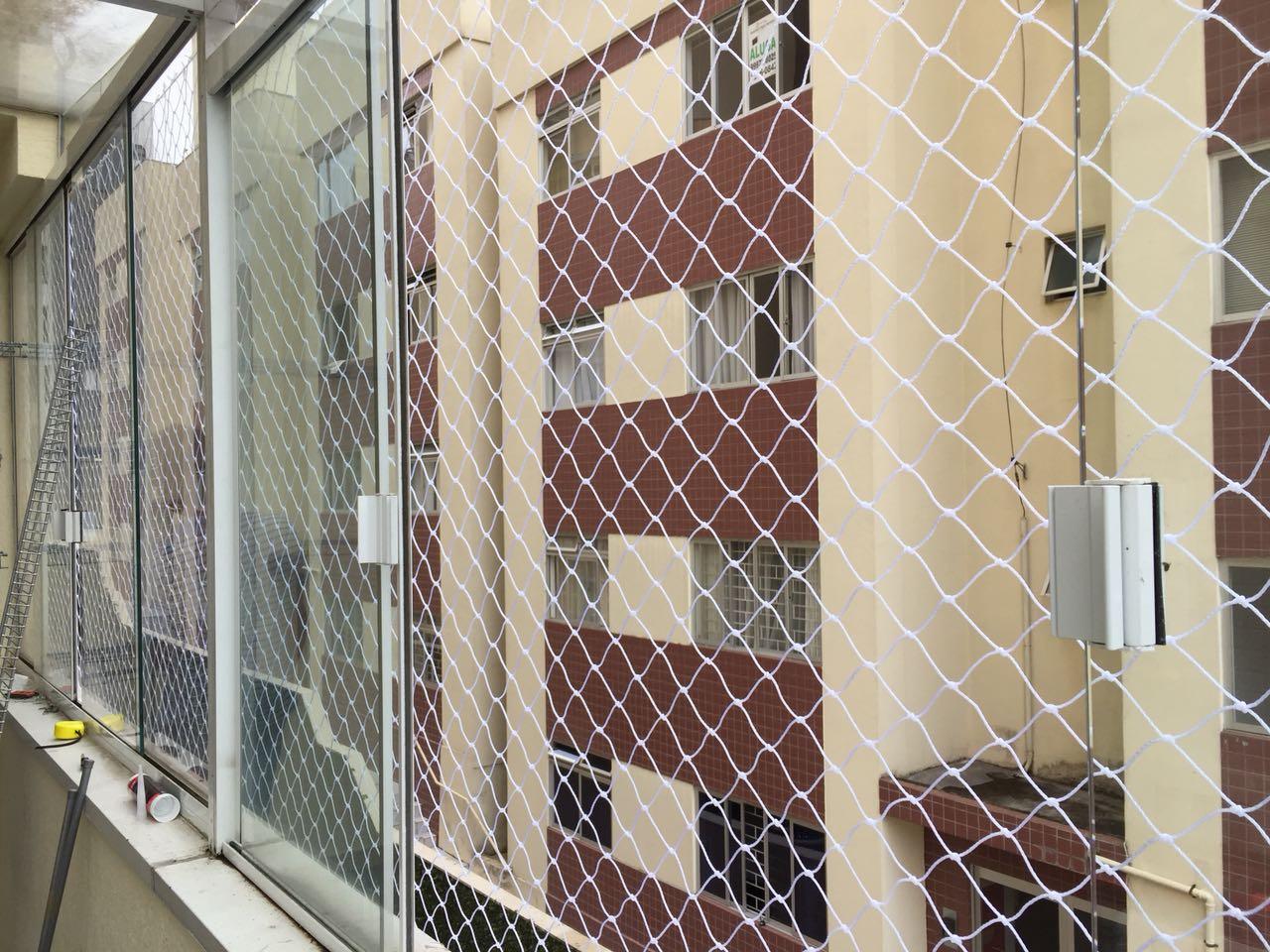 Rede de proteção instalada na sacada no bairro